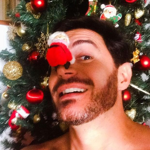 Ricardo Tozzi posa com árvore de Natal (Foto: Instagram/ Reprodução)