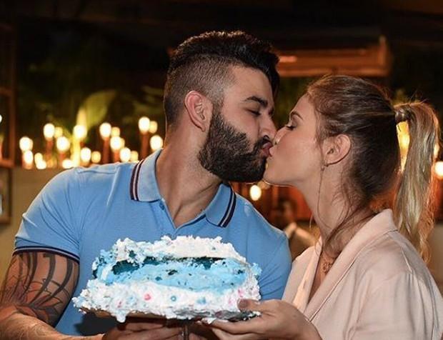 Gusttavo Lima, Andressa Suita e o bolo-revelação (Foto: Reprodução Instagram)