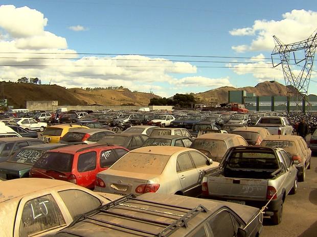 Carros leiloados no leilão do Detran-MG, em Belo Horizonte (Foto: Reprodução/ TV Globo)