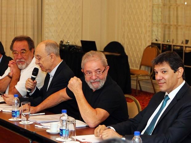 O ex-presidente Luiz Inácio Lula da Silva (centro) participa de reunião do Conselho Consultivo do PT para elaborar propostas na área econômica que serão encaminhadas ao governo. O encontro acontece no Hotel Grand Mercure São Paulo, na Zona Sul (Foto: Sérgio Castro/Estadão Conteúdo)