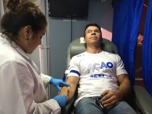 Joel coletou sangue para doação de medula óssea, na Ação Global, em Cachoeirinha (Foto: Lisiane Lisboa / RBS TV)