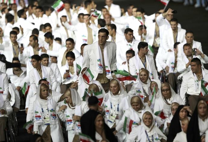 Com 2,44m, atleta do Irã se sobressai no desfile (Foto: Reuters)
