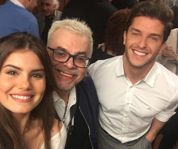 Walcyr Carrasco com Camila Queiroz e Klebber Toledo, a Mafalda e o Romeu de Êta Mundo Bom (Foto: Reprodução/Instagram)