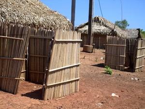 Alunos usam banheiros improvisados em escola de taipa (Foto: Flaviane Tajra/Arquivo Pessoal)