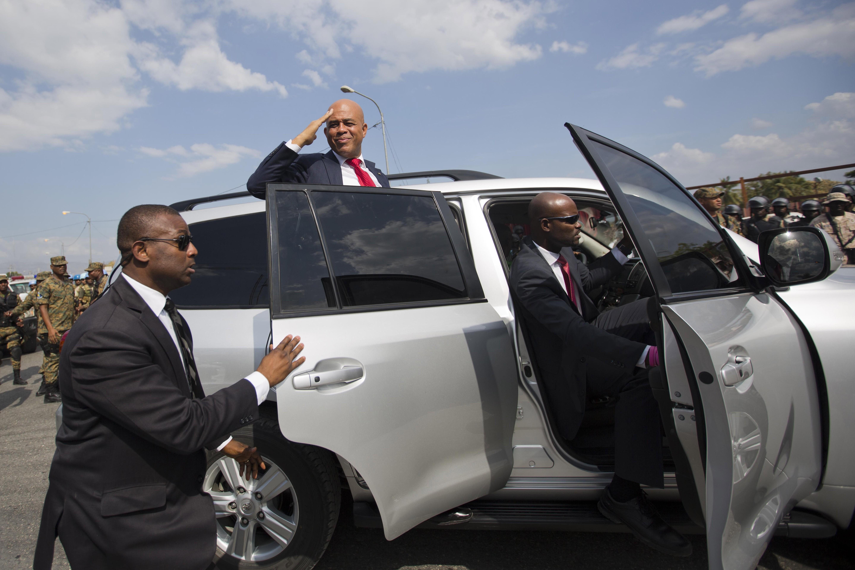 Presidente haitiano deixa o Parlamento do país após seu último discurso na casa (Foto: Dieu Nalio Chery/AP)