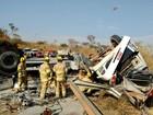 Carreta tomba, atinge caminhonete e esmaga carro no DF; 3 ficam feridos