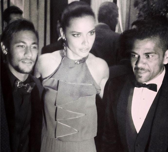 Adriana Lima com Neymar e Daniel Alves prêmio Bola de Ouro (Foto: Reprodução / Twitter)