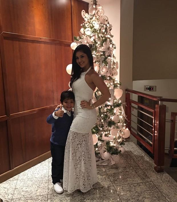 Mileide Mihaile posa com o filho (Foto: Reprodução/Instagram)