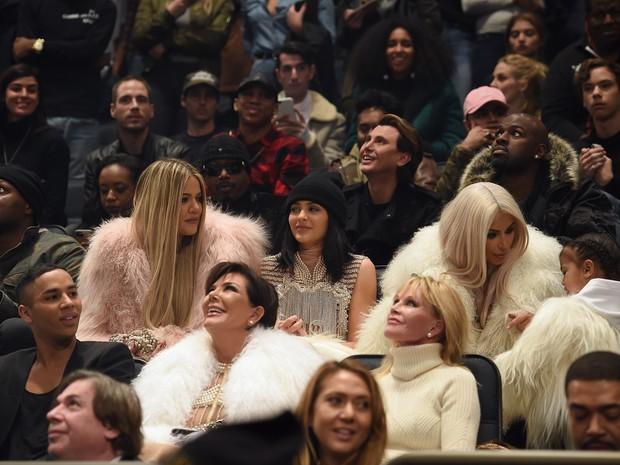 Lamar Odom, Khloe Kardashian, Kylie Jenner, Kim Kardashian, North West, Olivier Rousteing, Kris Jenner e Melanie Griffith em desfile em Nova York, nos Estados Unidos (Foto: Dimitrios Kambouris/ Getty Images/ AFP)