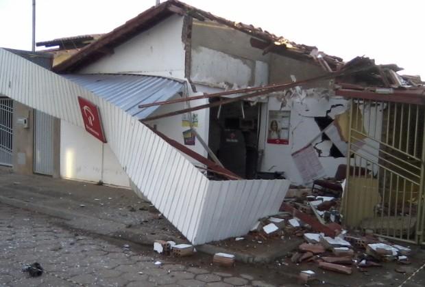 Explosão caixa Amorinópolis 2 (Foto: Adriano Dias)