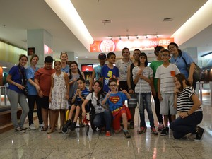 Crianças com deficiência visual vão ao cinema em São José dos Campos  (Foto: Camilla Motta/G1)