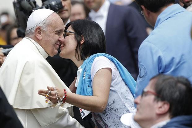 Papa Francisco e saudado por fiel durante audiência geral desta quarta-feira (7) no Vaticano (Foto: Tony Gentile/Reuters)