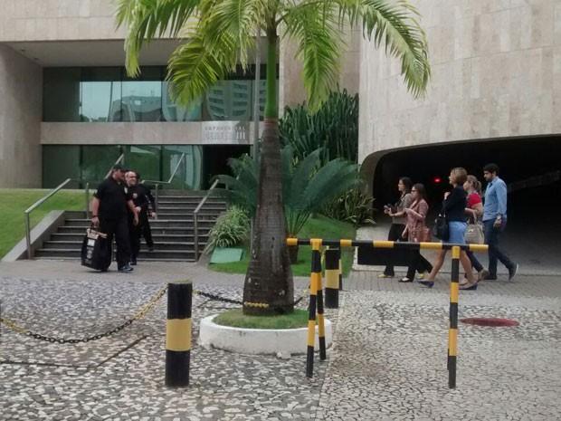 Policiais federais cumprem mandados de busca e apreensão no escritório da Odebrecht no Recife desde as 8h desta sexta  (Foto: Camila Torres / Globo Nordeste)