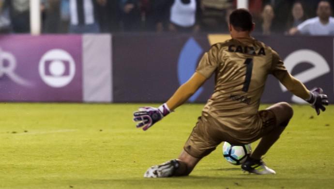 Kayke perde gol na frente de Magrão (Foto: Ivan Storti/ Santos FC)