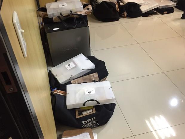 Material apreendido pela Polícia Federal em operação antipedofilia (Foto: Gabriel Luiz/G1)