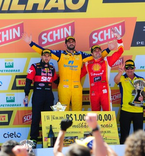 Pódio da Corrida do Milhão na Stock Car teve Ricardo Zonta, Thiago Camilo e Daniel Serra (Foto: Duda Bairros)