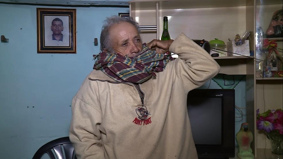 Seu Lourival não abre mão do casaco e do cachecol nos dias frios no Sertão (Foto: Reprodução / TV Grande Rio)