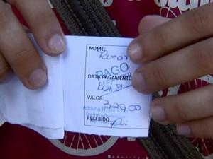 Renan mostra comprovante de pagamento para tirar a CNH (Foto: Paulo Chiari/EPTV)