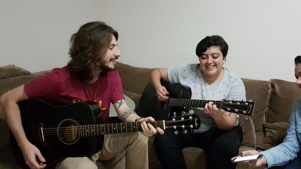 Ana Vilela e Vitor Conor cantam e tocam juntos