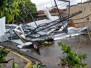 Telhado de uma igreja foi arrancado pelo vento (Foto: Pona Amaral/Vc no G1)