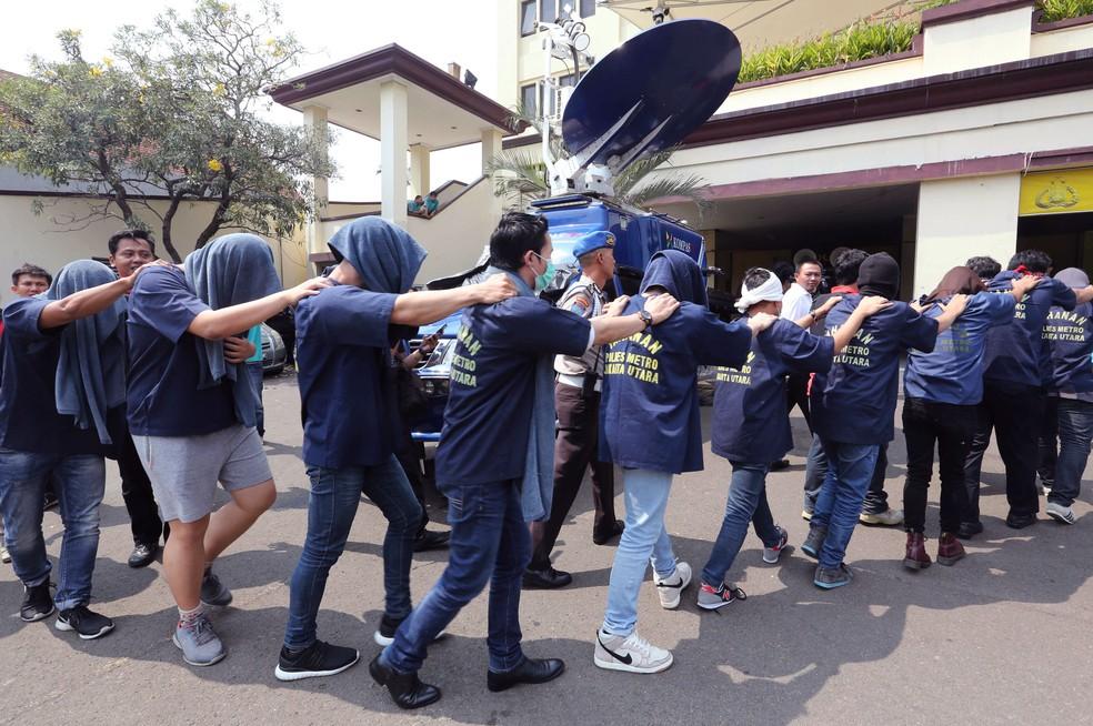 Homens foram presos em uma sauna gay em Jacarta, na Indonésia, nesta segunda-feira (22)   (Foto: Tatan Syuflana/ AP)