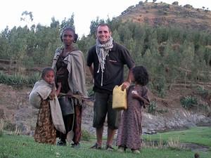 Jérémy Marie com uma família na Etiópia (Foto: Jérémy Marie/Arquivo pessoal)