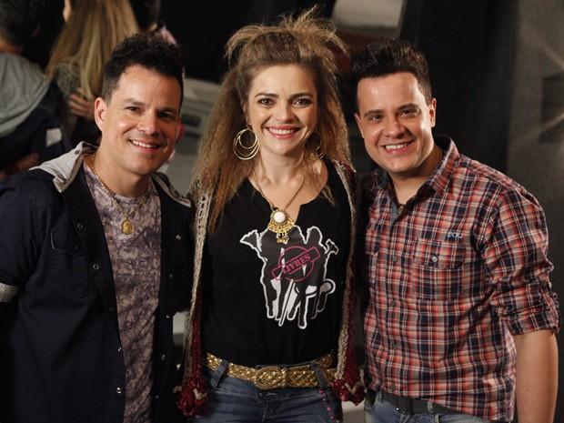 Titina Medeiros, caracterizada como Socorro, também posou com os cantores (Foto: Cheias de Charme / TV Globo)