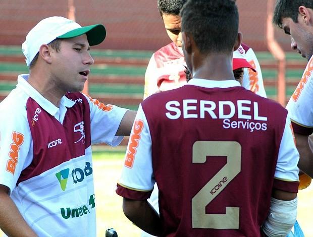Técnico Thiago Almeida orienta jogadores do Sub-20 da Desportiva Ferroviária (Foto: Henrique Montovanelli/Desportiva Ferroviária)