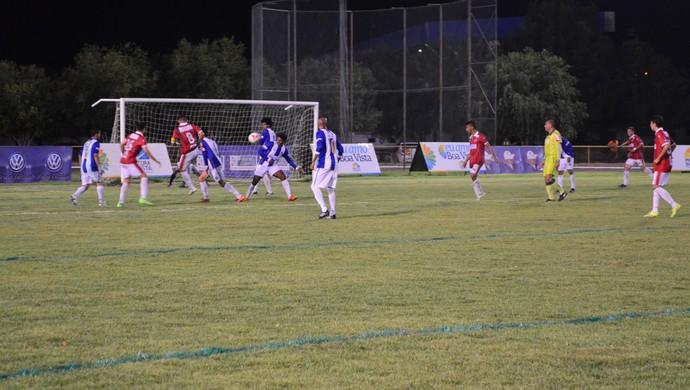 Baré e São Raimundo-RR disputam cada bola em busca do título (Foto: Ivonísio Júnior)