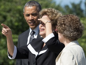 A presidente Dilma Rousseff durante visita no Memorial Martin Luther King Jr. com presidente dos EUA, Barack Obama, e uma guarda florestal em Washington (Foto: Saul Loeb/AFP)