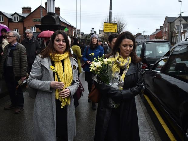 Ex-colegas de O'Riordan levam flores à igreja em Limerick, Irlanda (Foto: Getty)