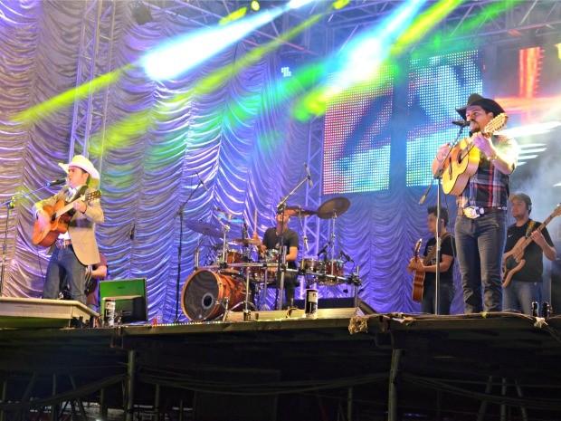 Dupla Breno Reis e Marco Viola se apresentaram em Ji-Paraná na noite desta sexta-feira (Foto: Mônica Santos/G1)