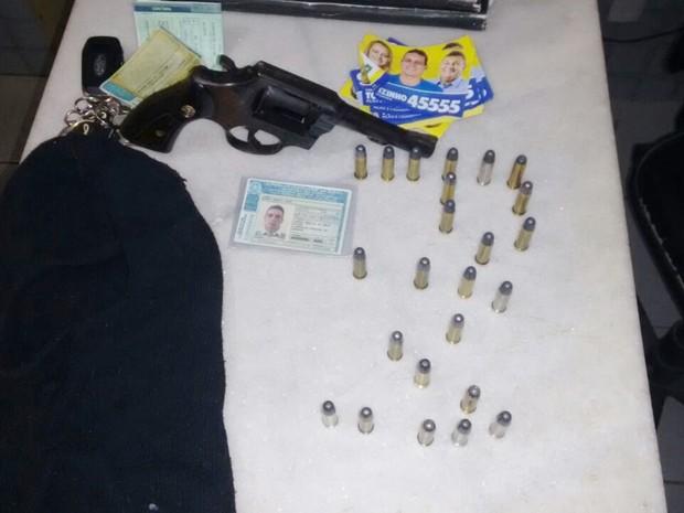 Policiais apreenderam com o vereador um revólver, munições e um capuz (Foto: PM/Divulgação)