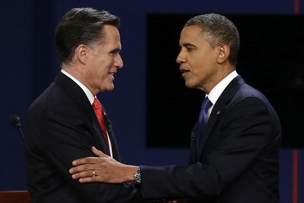 O candidato republicano à presidência dos EUA, Mitt Romney, e o presidente Barack Obama se cumprimentam após o debate desta quarta-feira (3) em Denver, no Colorado (Foto: AFP)