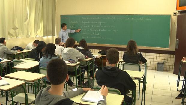 Paraná TV destaca a preocupação da reposição de aulas na rede estadual  (Foto: Reprodução/RPC)