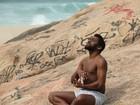 Lázaro Ramos grava cenas em praia da Zona Oeste do Rio