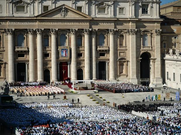 Um cartaz de Paulo VI foi colocado na Basílica de São Pedro durante a missa para sua beatificação (Foto: Filippo Monteforte/AFP)