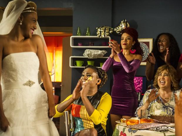 Tilde mostra o vestido para as meninas (Foto: Cynthia Salles/TV Globo)