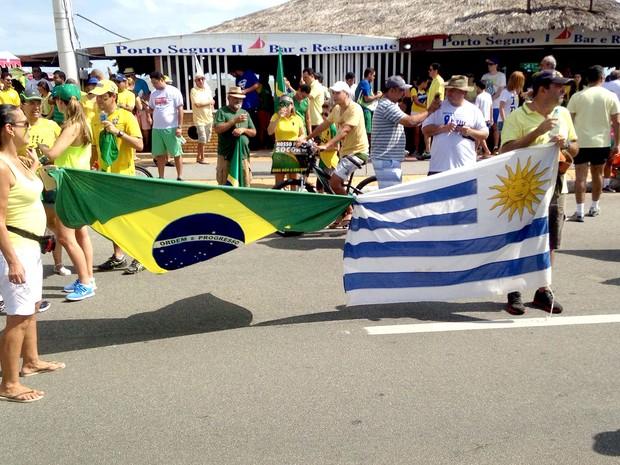 Uruguaio Alberto White leva família para manifestação contrária ao governo Dilma na avenida Litorânea, orla de São Luís (MA), às 10h (Foto: Clarissa Carramilo/G1)