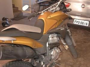 Moto usada por dupla foi apreendida (Foto: Reprodução / TV TEM)