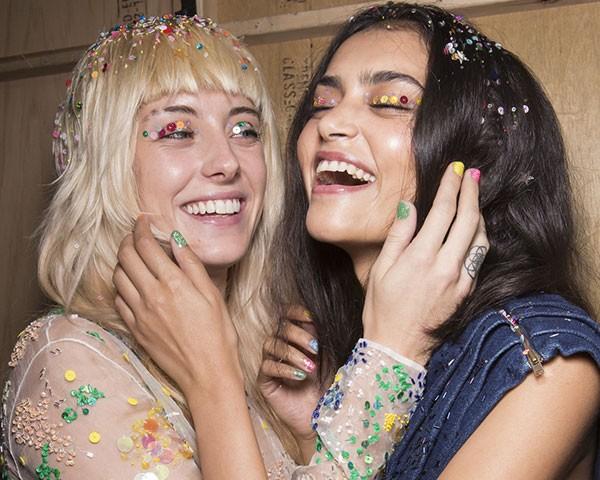 Brilhos, paetês e lantejoulas invadem a maquiagem para o Carnaval (Foto: Imaxtree)