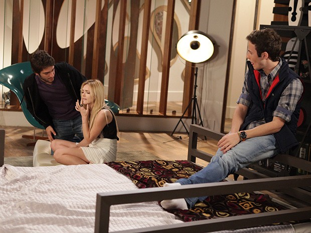 Megan machuca a boca e Davi fica preocupado (Foto: Pedro Curi/ TV Globo)