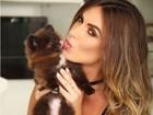 Nicole Bahls ganha lambidinha de cão e posta foto na web