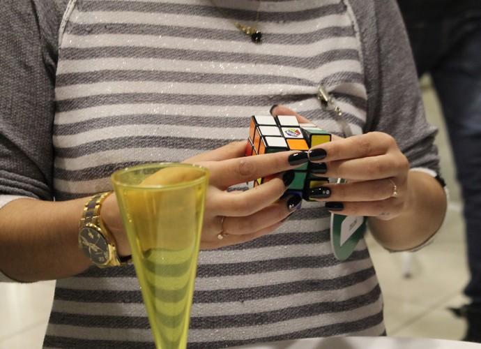 Candidata a sister se divertindo com cubo mágico  (Foto: Gshow)