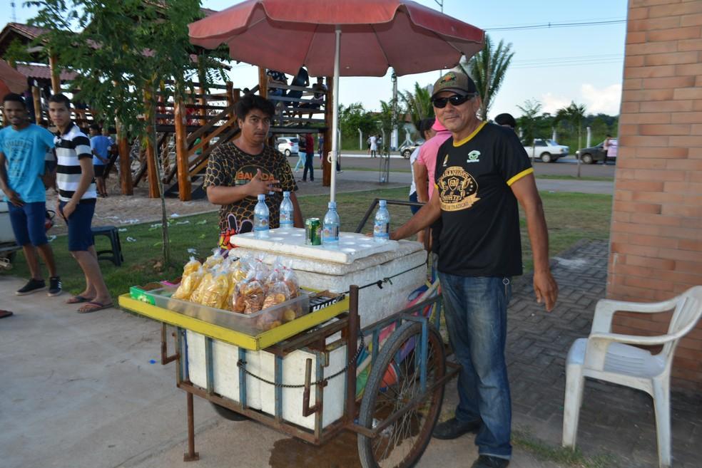Ambulantes aproveitaram o evento para aquecer as vendas no feriado de Corpus Christi (Foto: Toni Francis/G1)