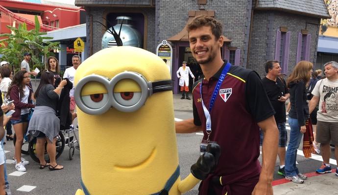 Rodrigo Caio ao lado do personagem Minion em parque de Orlando (Foto: Divulgação)