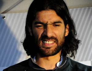Loco Abreu chega em Florian&#243;polis (Foto: Savio Hermano / GLOBOESPORTE.COM)