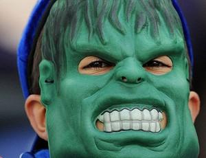 menino fantasiado de Hulk na torcida do Porto (Foto: AP)