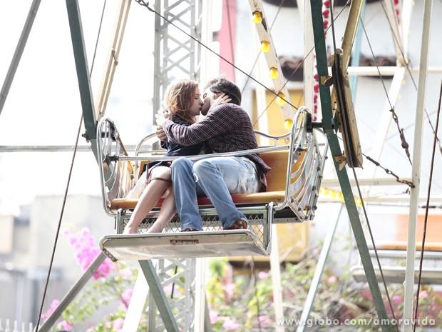 Thales e Nicole se beijam durante passeio especial (Foto: Amor à Vida/TV Globo)