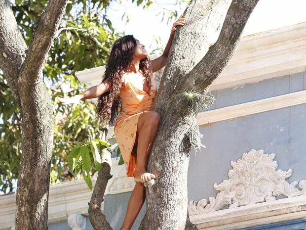 Juliana Paes até subiu em árvore (Foto: Gabriela / TV Globo)